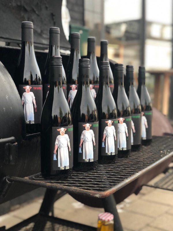 Butcher Pinot Noir en Chardonnay, Weingut Schwarz, Productfoto fles, wijnfles Martijn van Vulpen